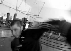 Шампион по кикбокс срещу камера