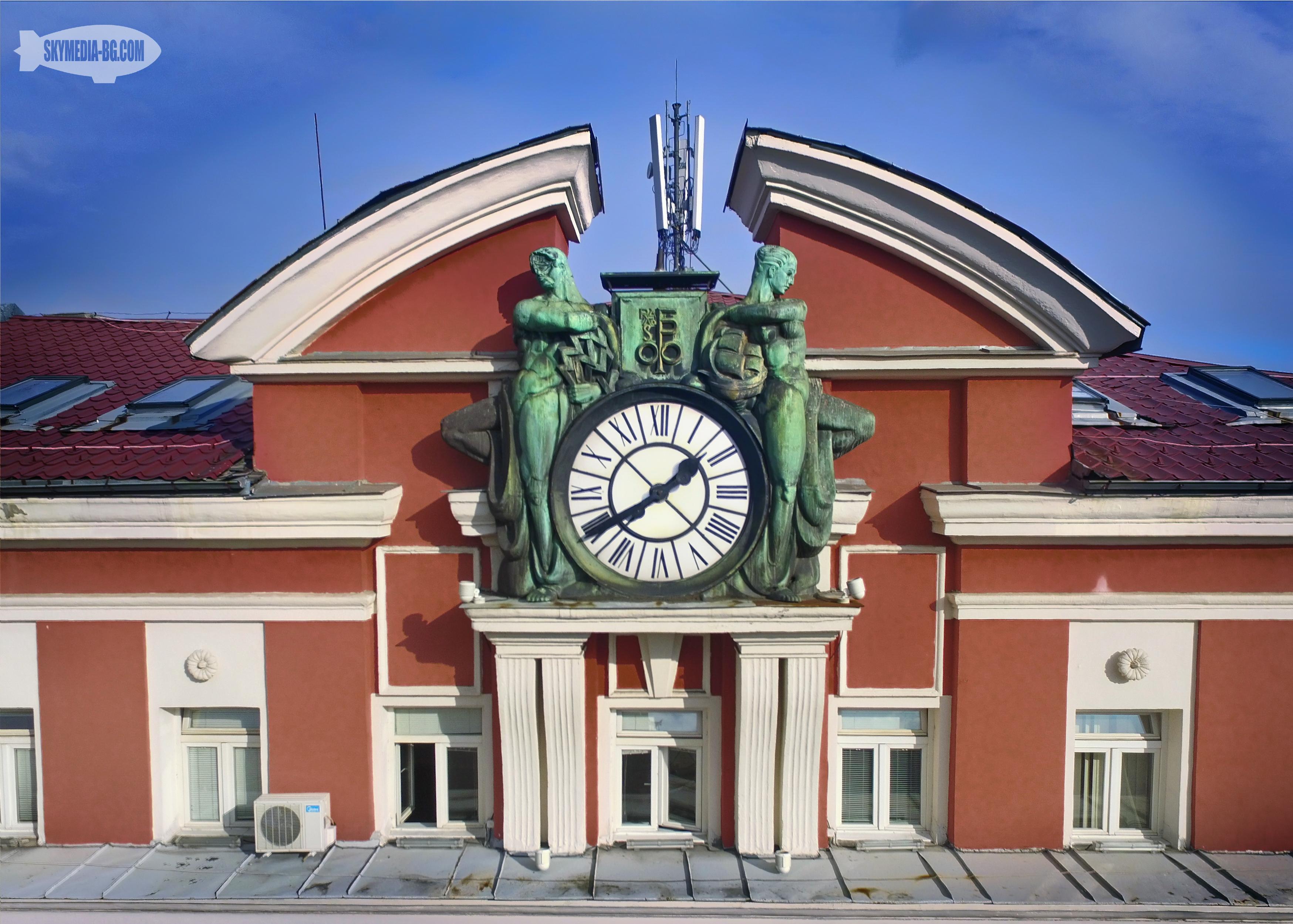 """""""Палата Феникс"""" се намира на бул. """"Дондуков"""" 3. Сградата е проектирана от архитектурно бюро """"Фингов, Ничев и Руков"""" за австрийско застрахователно дружество и е завършена през 1927г. Над часовника се е намирал феникс, който е разрушен при бомбардировките над София. През 1963 е надстроена с един етаж. В момента се ползва от агенцията по заетостта."""