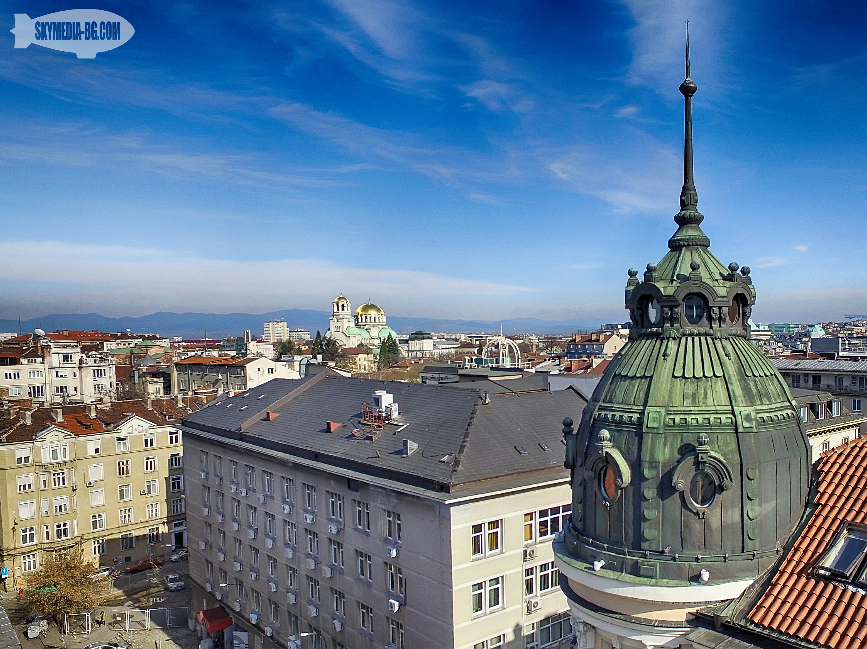 """Банковата сграда на ул. """"Славянска"""" 2 (зад Народния театър) е проектирана от архитект Георги Фингов. Построена е през 1912г. за Търговско-индустриалната камара. Имала е зимна градина, която в момента е изложбена галерия."""