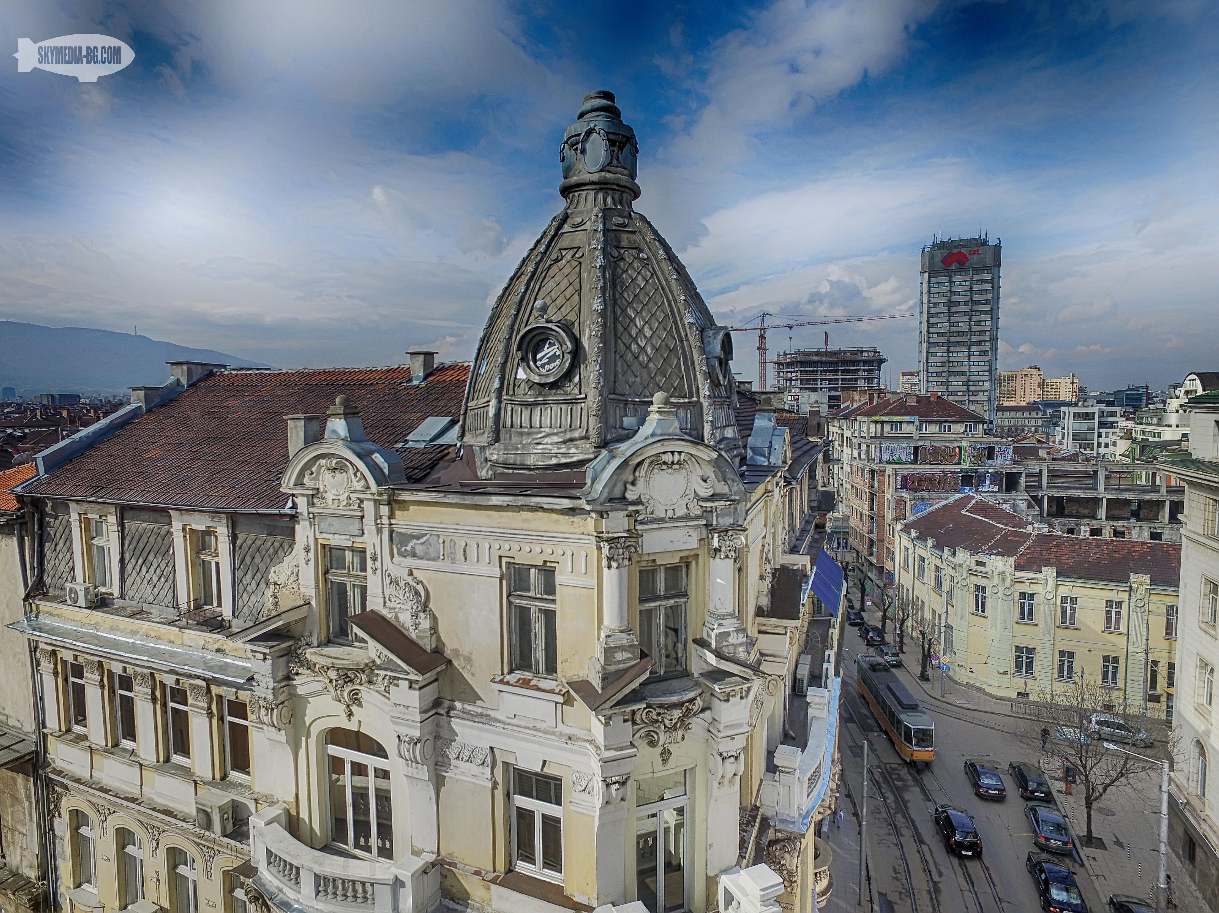 """уполът на сградата на ъгъла на ул. """"Алабин"""" и ул. """"Цар Асен""""- """"Себат Фархи"""". Богато декорирана барокова сграда с магазини в партера, която за съжаление все още не е реставрирана."""