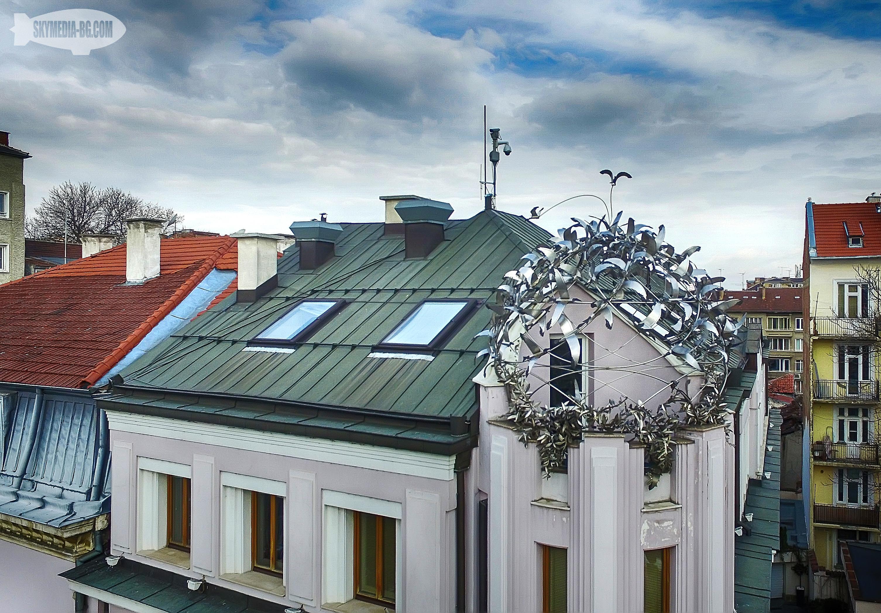 """Сградата на """"Нове холдинг"""" на ул. """"Московска"""" 43 с един от малкото покриви декориран със съвременно изкуство в София. Тук се е намирал домът на Евстрати и Евлоги Гешови – наследници на Иван Евстратиев Гешов."""